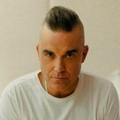 Robbie Williams encanta fãs ao aparecer cantando com a filha