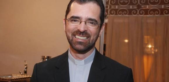 Padre Rinaldo Pereira vai receber o título de Cidadão do Recife