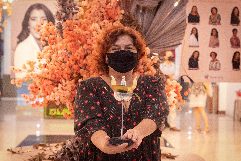 A vereadora e escritora Cida Pedrosa foi a homenageada na categoria Cultura  (Foto: Débora Dantas/Combogó Comunicação)