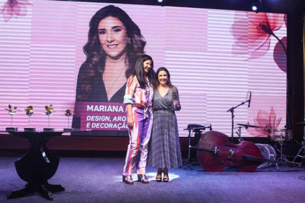1Luiza-Nogueira-entrega-o-premio-para-Mariana-Russo