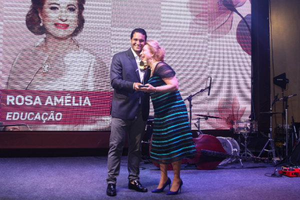 1Renato-Tavares-entrega-o-premio-para-Rosa-Amelia-Muniz
