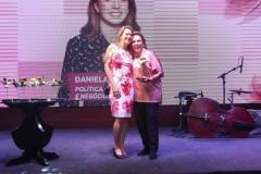 1Geralda-Farias-entrega-o-premio-para-Daniela-Petribu