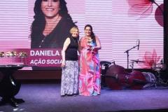 1Terezinha-Nunes-entrega-o-premio-para-Daniela-Rorato