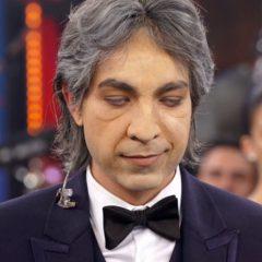 Di Ferrero fica sem enxergar para imitar Andrea Bocelli